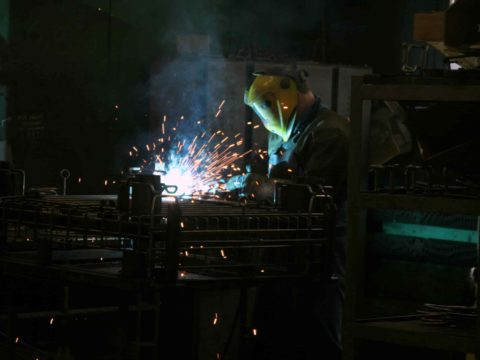 Proces produkcji w Elkom Trade. Fot. Urząd Miasta Ostrowca Świętokrzyskiego