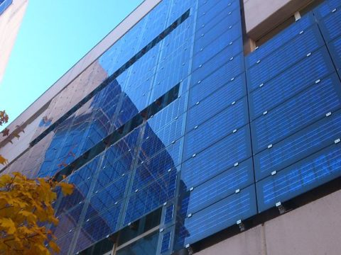 Przykład instalacji BIPV w Madrycie. Fot. Wikimedia Commons, https://creativecommons.org/licenses/by-sa/3.0/deed.en
