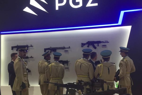 Uczestnicy Targów IDEX-2019 obserwują polski sprzęt wojskowy. Fot. PGZ