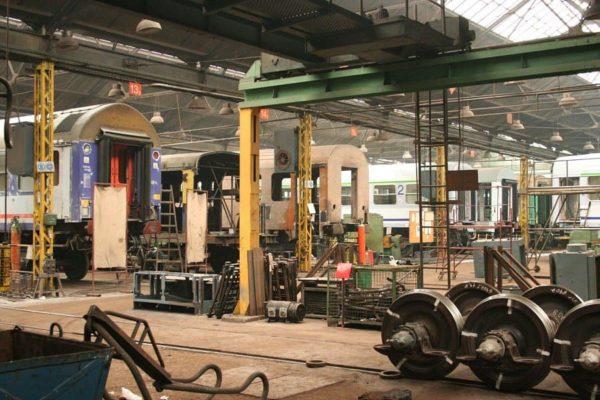 Wnętrze hali produkcyjnej Newagu. Fot. Wikimedia Commons, https://commons.wikimedia.org/wiki/File:Newag_-_wn%C4%99trze_hali,_2007-03-16.jpg