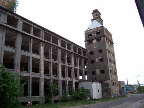 """Dawne budynki Fabryki Nici """"Odra"""" w Nowej Soli. Fot. Mzima, CC BY 2.5, https://creativecommons.org/licenses/by/2.5/"""