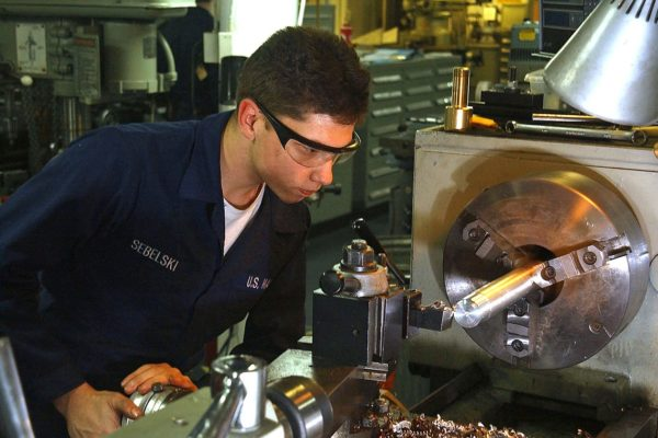 Tokarz przy pracy. Fot. Wikipedia