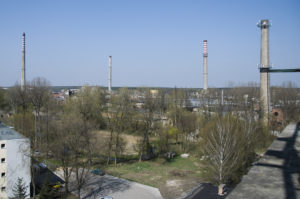 Kominy dawnej fabryki .Fot. CC BY 3.0, https://commons.wikimedia.org/w/index.php?curid=55187829