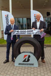 Fot. Rafał Zając (z lewej), prezydent Stargardu i Piotr Kozłowski, dyrektor fabryki Bridgestone w Stargardzie prezentują 10-milionową oponę wyprodukowaną w zakładzie. Fot. Bridgestone