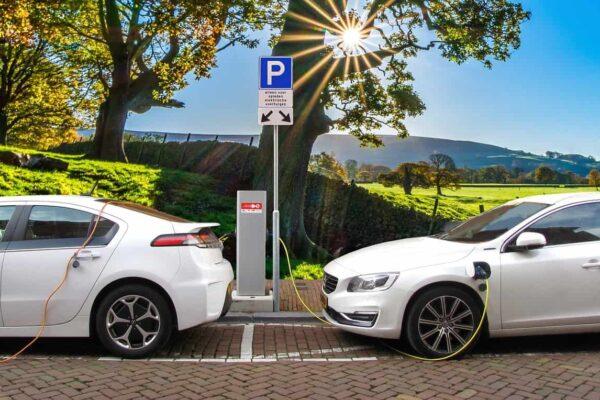 Ładowanie pojazdów elektrycznych. Fot. Pixabay