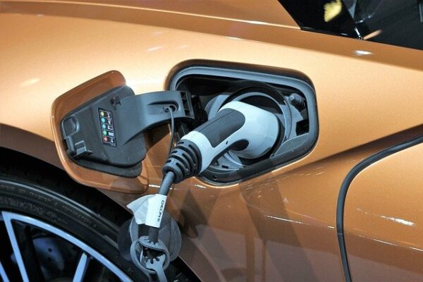 Ładowanie samochodu elektrycznego fot. Pixabay