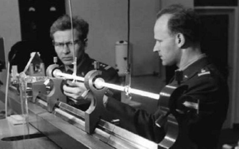 Prace nad pierwszym polskim laserem, z lewej prof. Puzewicz. Fot. Facebook.